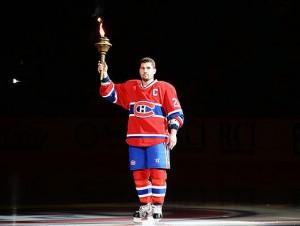 Капитан хозяев Брайан Джионта даёт старт хоккейному сезону