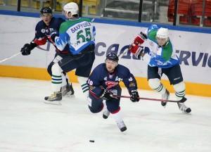 Сергей Кочетков (№19) стремится к шайбе