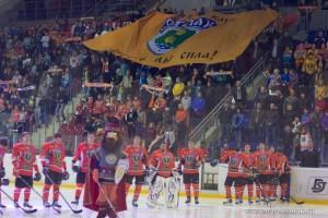 Команда Ермак на фоне флага