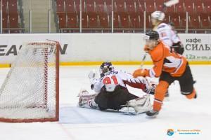 Виталий Агеев забивает шайбу